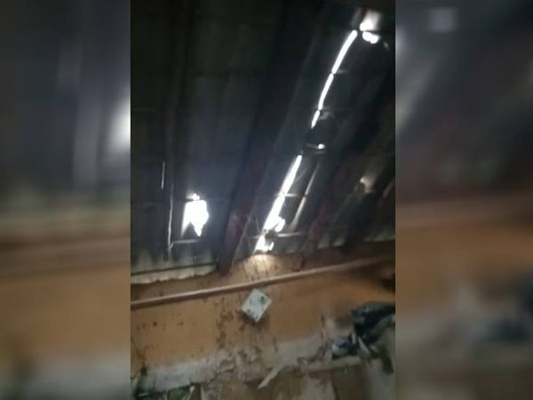 पॉवर बैंक ब्लास्ट के बाद टूट गई घर की छत पर लगी सीमेंट की सीट।