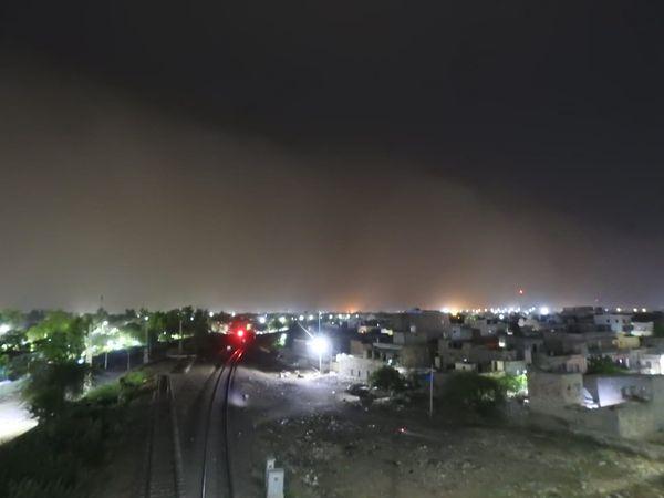 गुरुवार देर रात काे आए रेतीले अंधड़ के बाद आसमान में छाया धूल का गुबार।