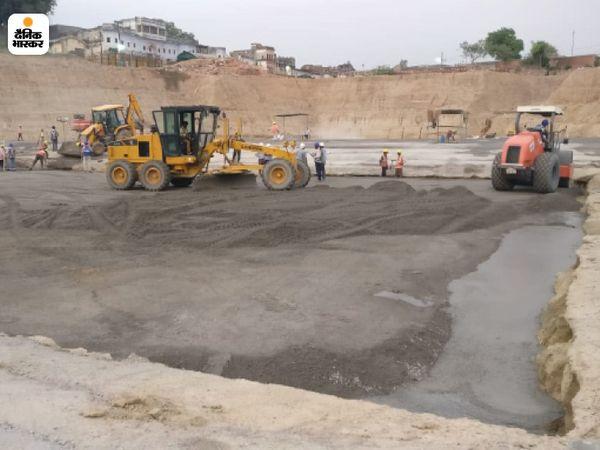 राम मंदिर निर्माण का काम कोरोनाकाल में भी तेजी से चल रहा है। फिलहाल, यहां मंदिर की नींव तैयार की जा रही है।