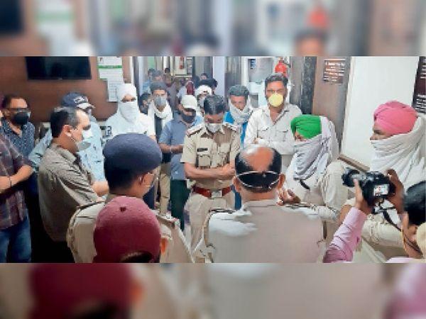 सिरसा। कोविड रिपोर्ट को लेकर भड़के परिजनों को समझाते डॉक्टर व मौके पर पहुंची पुलिस। - Dainik Bhaskar