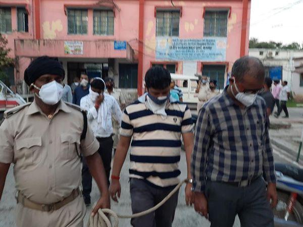गिरफ्तार परिवहन कर्मियों को जांच के लिए ले जाती पुलिस। - Dainik Bhaskar