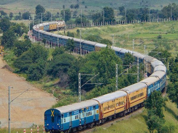 भारत में 2014 के बाद से रेल विद्युतीकरण लगभग 10 गुना बढ़ गया है। यह पर्यावरण के अनुकूल है। -फाइल फोटो - Dainik Bhaskar