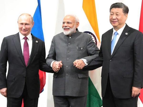 फोटो जापान के ओसाका में हुई G-20 समिट की है। उस दौरान तीनों नेता रूस के राष्ट्रपति व्लादिमीर पुतिन, प्रधानमंत्री नरेंद्र मोदी और चीनी राष्ट्रपति शी जिनपिंग गर्मजोशी से मिले थे। - Dainik Bhaskar