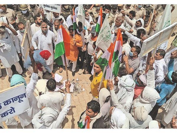 जजपा विधायक नैना सिंह के आवास का घेराव कर कृषि कानूनों की प्रतियां जलाते हुए किसान। - Dainik Bhaskar