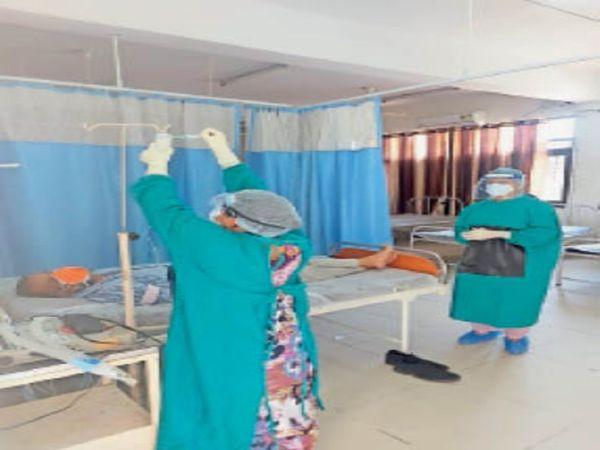 कोरोना पीड़ित को एंटीबॉडीज कॉकटेल की पहली डोज लगाते सेहत कर्मी। - Dainik Bhaskar