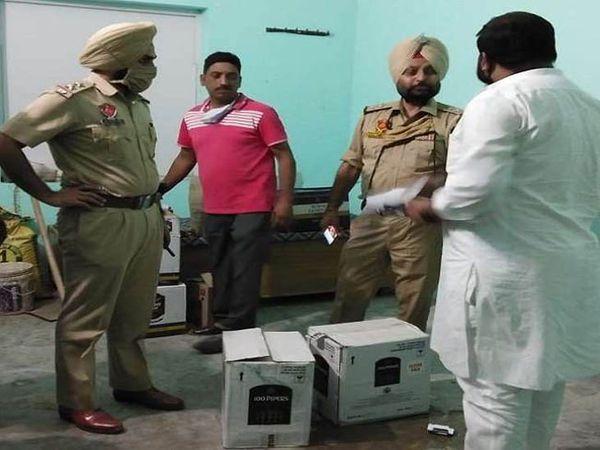 बठिंडा के मॉडल टाउन में कोठी में छापा मारने पहुंची पुलिस और आबकारी विभाग की टीम। - Dainik Bhaskar