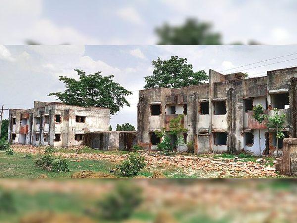 ये तस्वीर एसईसीएल बिश्रामपुर के आरजीके काॅलोनी की है, जहां 20 करोड़ रुपए खर्च कर 300 मकान बनाए गए हैं, इनमें 200 मकान के खिड़की-दरवाजे चोरी हो चुके हैं। - Dainik Bhaskar