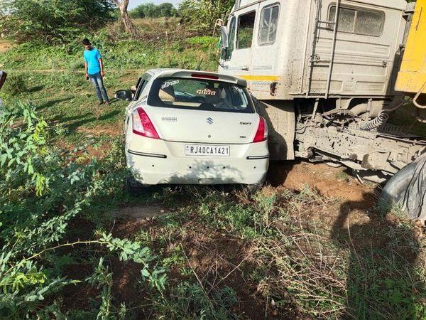 रास थाने के बाबरा गांव के निकट सड़क हादसे के बाद मौके पर पड़े क्षतिग्रस्त वाहन। - Dainik Bhaskar