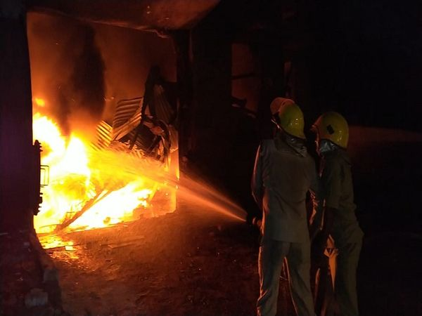 भिलाई में केमिकल फैक्ट्री में लगी आग पर काबू पा लिया गया है। आग लगने के कारणों का अभी पता नहीं चला है, मौके की जांच जारी है। - Dainik Bhaskar