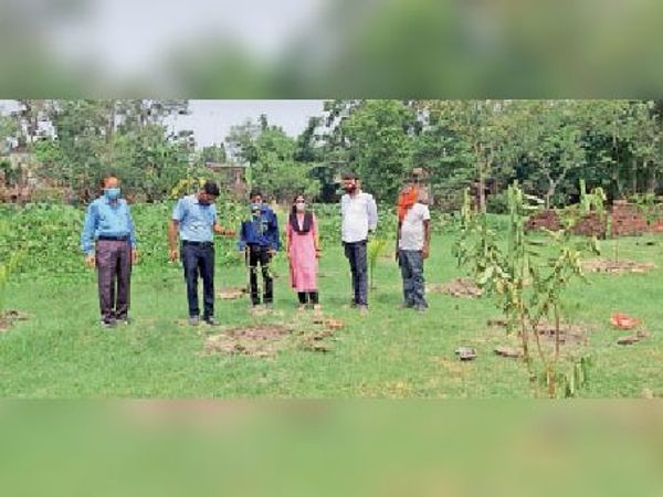 आरसेटी परिसर में पौधरोपण करते अधिकारी। - Dainik Bhaskar