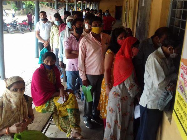 वैक्सीनेशन सेंटर पर लग रही भीड़। - Dainik Bhaskar