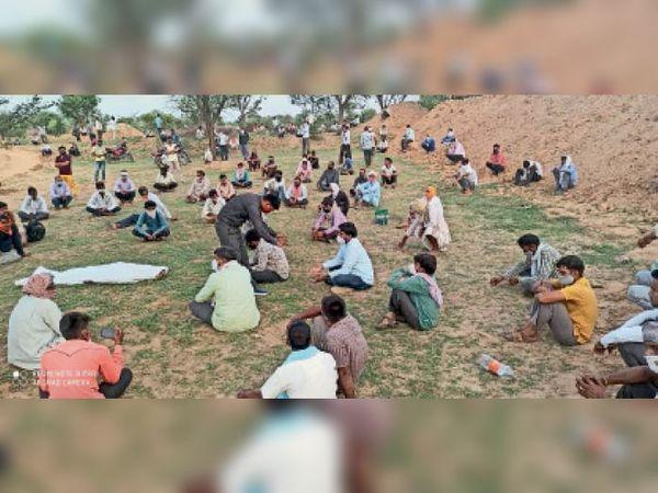 उदयपुरवाटी. मौके पर शव रखकर धरने पर बैठे ग्रामीण। - Dainik Bhaskar