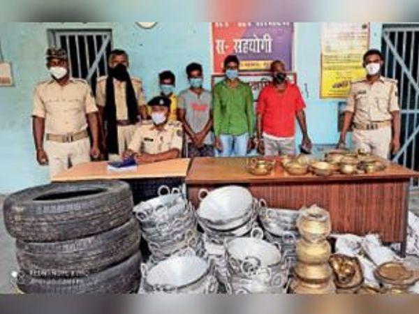 बरामद सामान और गिरफ्तार अभियुक्त के साथ पुलिस। - Dainik Bhaskar