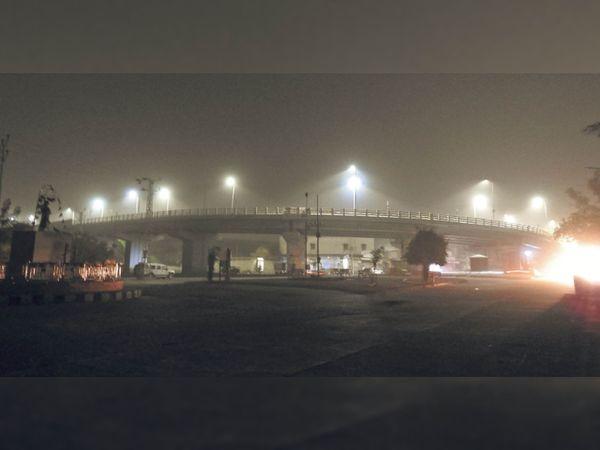 बाड़मेर. शनिवार रात को आंधी के दौरान शहर में ओवर ब्रिज पर रेत से धुंधली हुई लाइटें। - Dainik Bhaskar