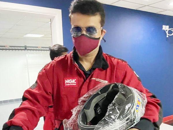 गांगुली ने अपने सोशल मीडिया अकाउंट पर ये तस्वीर शेयर की थी। बाद में उन्होंने डिलीट कर दिया। इस फोटो में गांगुली रेसिंग के लिए तैयार होते हुए दिख रहे हैं। - Dainik Bhaskar