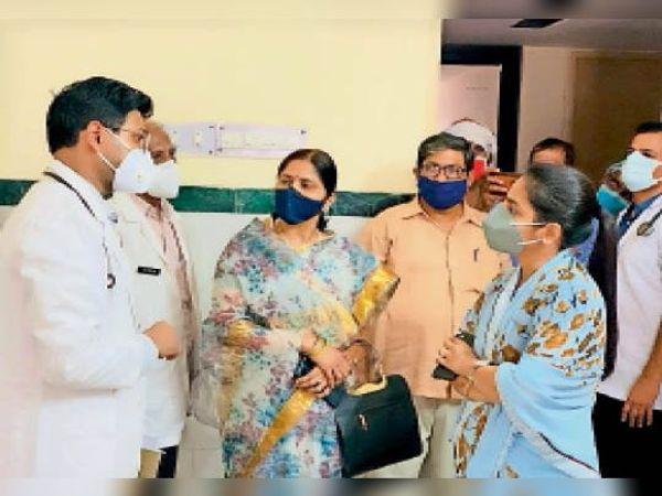 भरतपुर. चिकित्सा अधिकारियों से बात करतीं बाल संरक्षण आयोग की सदस्य। - Dainik Bhaskar