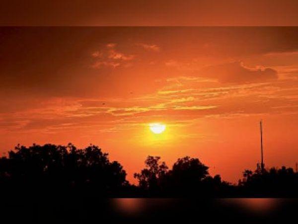 तेज धूप व उमस के बाद शाम को छाए बादल। आसमान में बिखरी लालिमा। - Dainik Bhaskar