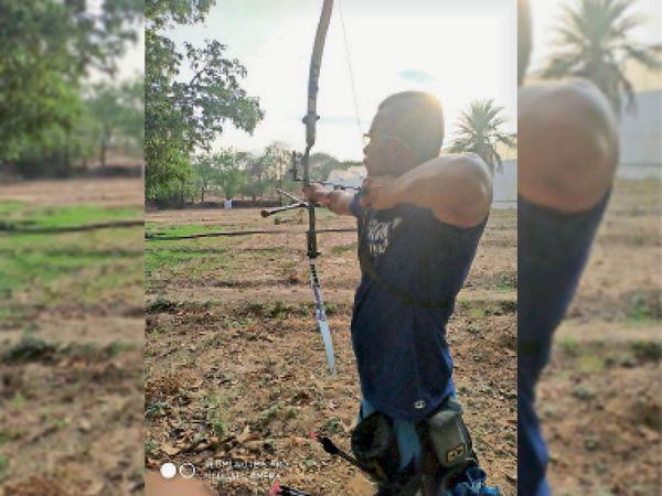 खेताें में तीरंदाजी का अभ्यास करता आदित्य कलाल। - Dainik Bhaskar