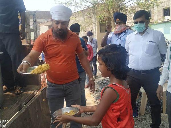 गुरुद्वारा प्रबंधन ने गांव-गांव में जाकर जरूरतमंदों को प्रसाद बांटा। जगह का चुनाव करने में प्रशासन का भी सहयोग लिया गया।