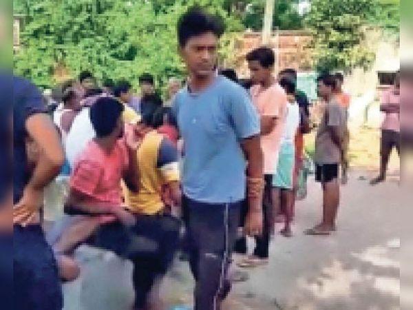 पिपरा गांव में घटना को लेकर लगी भीड़। - Dainik Bhaskar