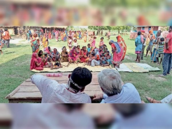 रामनगर इमरती कटहरवा में ग्रामीणों के साथ बैठक करते अधिकारी। - Dainik Bhaskar