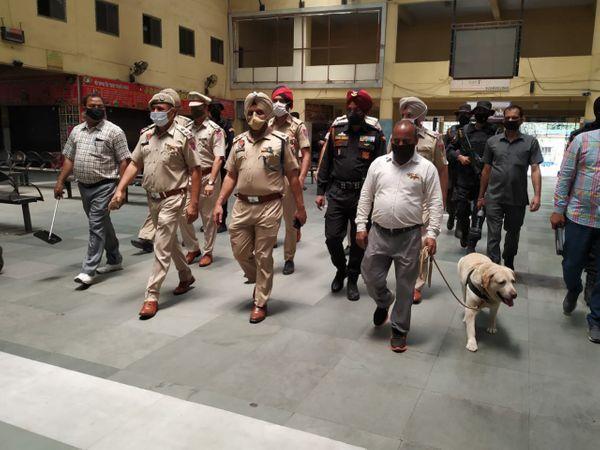 जालंधर में सार्वजनिक जगहों की चेकिंग करती पुलिस। - Dainik Bhaskar