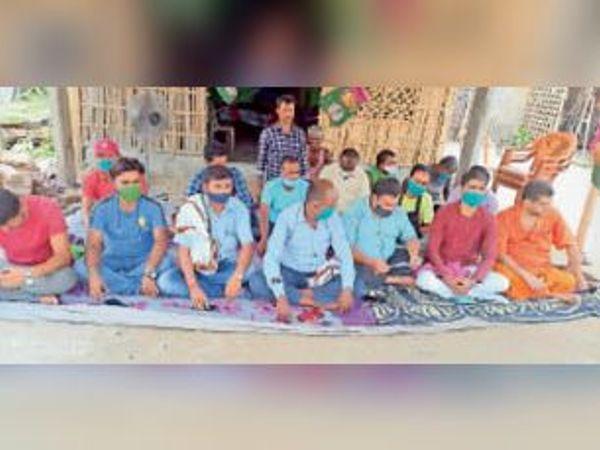 पार्टी संरक्षक की रिहाई की मांग को ले उपवास पर बैठे जाप कार्यकर्ता। - Dainik Bhaskar
