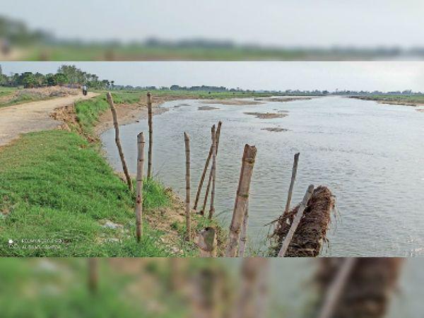 रामनगर की जोगिया पंचायत के शेरवा गांव में कटाव करती मसान नदी। - Dainik Bhaskar