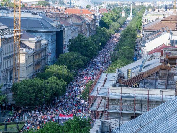 बुडापेस्ट की सड़कों पर चीन के खिलाफ विरोध प्रदर्शन की झलक यहां देखी जा सकती है।