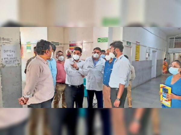 सिटी के नागरिक अस्पताल का निरीक्षण करते डीसी विक्रम सिंह। - Dainik Bhaskar
