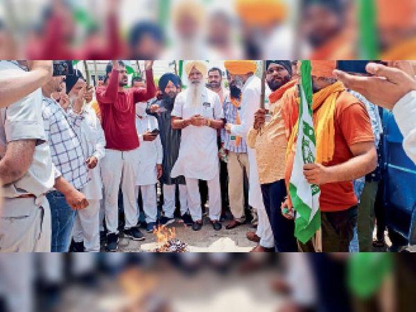 बराड़ा में कृषि कानूनों के विरोध में प्रदर्शन करते किसान।