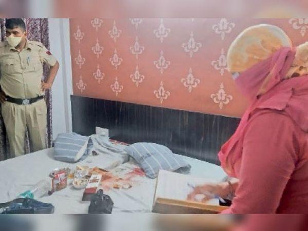 वारदात स्थल पर जांच करतीं एफएसएल एक्सपर्ट डॉ. सरोज व पुलिस।