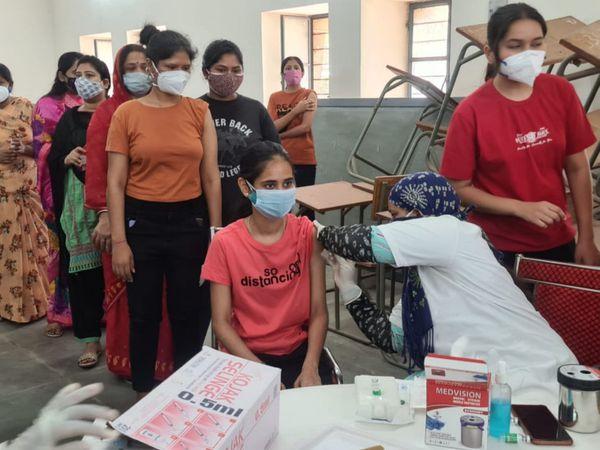 जिले में वैक्सीनेशन जारी। - Dainik Bhaskar
