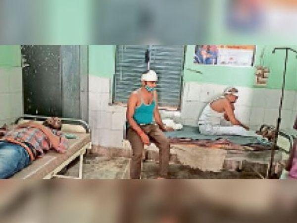 सामुदायिक स्वास्थ्य केंद्र में इलाज कराते घायल श्रद्धालु। - Dainik Bhaskar