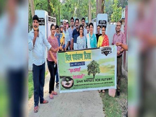 पौधरोपण के बाद लोगों को जागरूक करते बैडमिंटन क्लब के सदस्य। - Dainik Bhaskar