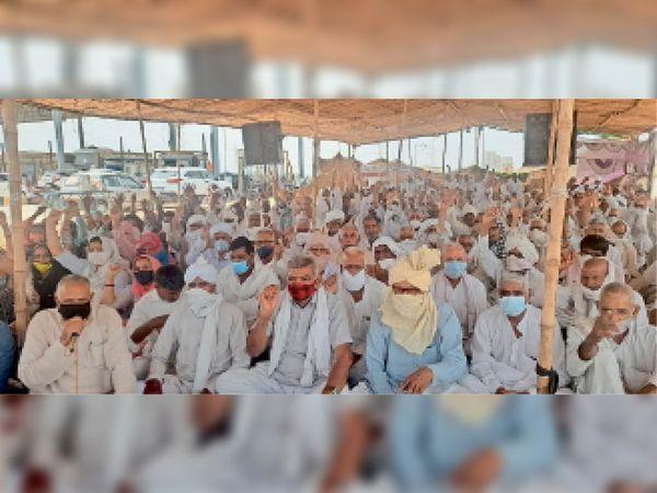 भिवानी. कितलाना टाेल पर जारी बेमियादी धरने पर राेष जताते माैजूद किसान और मजदूर। - Dainik Bhaskar