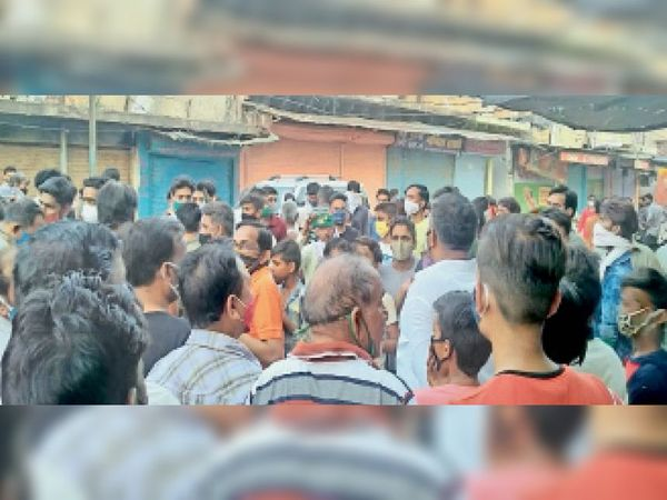हिन्डौन सिटी  लूट की घटना के विरोध मंे शहर के व्यापारियों ने एकत्र होकर घटना विरोध जताया। - Dainik Bhaskar