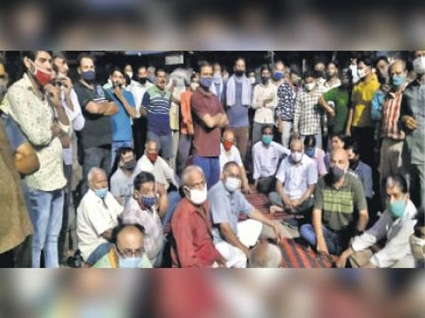 हिन्डौन सिटी| डैम्प रोड पर फायरिंग की घटना के विरोध में मेडिकल स्टोर वाले व व्यापारियों ने धरना दिया। - Dainik Bhaskar