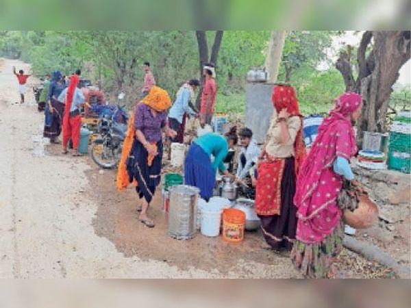 ढहरिया। ढहरिया गांव में पेयजल समस्या के चलते नल पर पानी के लिए लगी भीड़। - Dainik Bhaskar