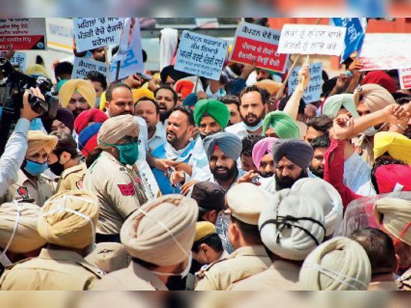 रविवार को आम आदमी पार्टी के विधायकों और वर्कर्स ने स्वास्थ्य मंत्री की फेज-7 स्थित कोठी का घेराव करने के लिए प्रदर्शन किया। - Dainik Bhaskar
