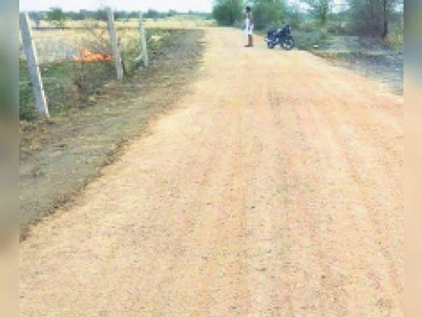 जस्टाना | जस्टाना-सुदरपुर मार्ग पर चल रहा निर्माण कार्य। - Dainik Bhaskar