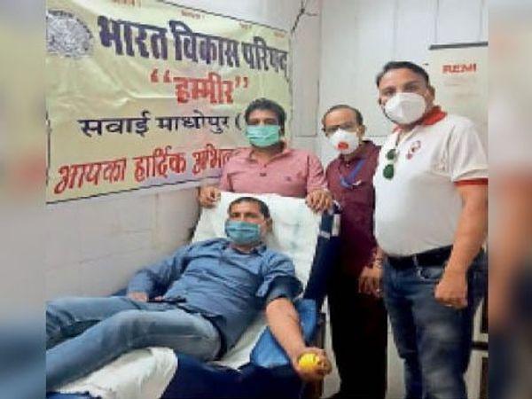 सवाई माधोपुर। भाविप के रक्तदान शिविर में रक्तदान करता युवक तथा मौजूद कार्यकर्ता। - Dainik Bhaskar