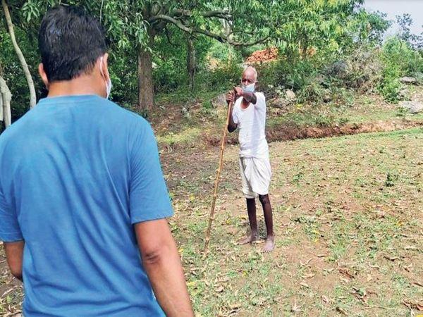 बीएलओ मनोज सोनी और विनोद कुमार खेत में समझाने गए। एक बुजुर्ग ने उन्हें ही धमका दिया।