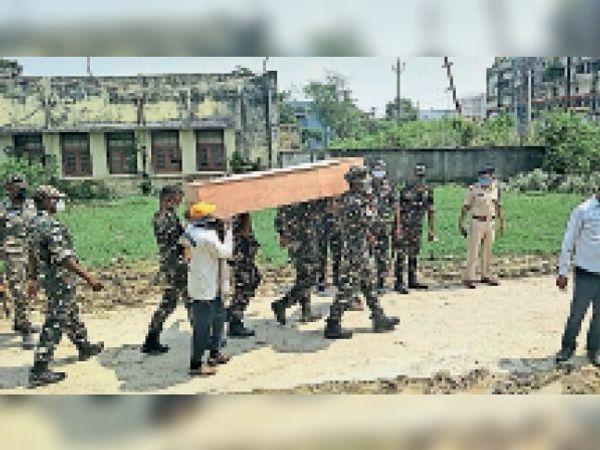सैनिक की मौत हो जाने पर सम्मान के साथ शव को ले जाते जवान। - Dainik Bhaskar