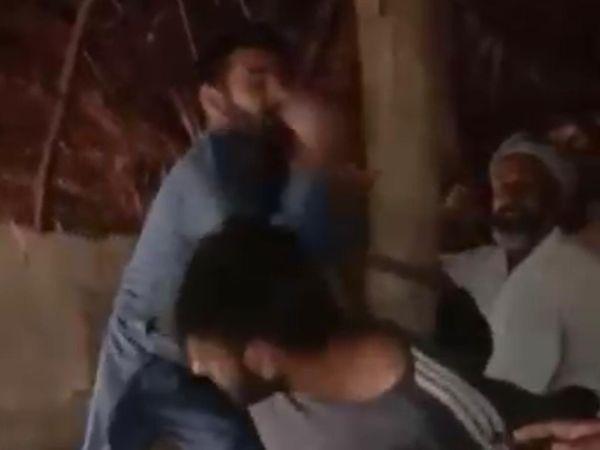 युवक को खंबे से बांधकर मारपीट करते आराेपी। - Dainik Bhaskar