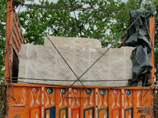 रिठोरा कला थाना पुलिस ने पकड़ा ट्रक - Dainik Bhaskar
