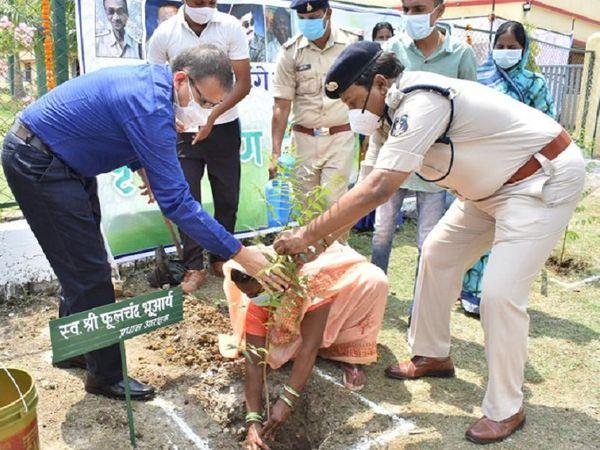 पुलिस लाइन दुर्ग के पार्क में सबने मिलकर पौधे रोपे। - Dainik Bhaskar