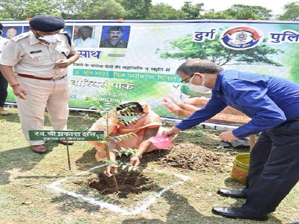 पार्क में मृत पुलिस कर्मियों के परिजनों के साथ अधिकारियों ने पौधे रोपे।