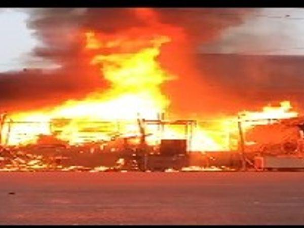 आग शार्ट सर्किट से लगी थी। फायर ब्रिगेड के पहुंचे से पहले ही आग काफी बढ़ गई थी। आग पर काबू पाने में एक घंटे से ज्यादा का वक्त लग गया। - Dainik Bhaskar