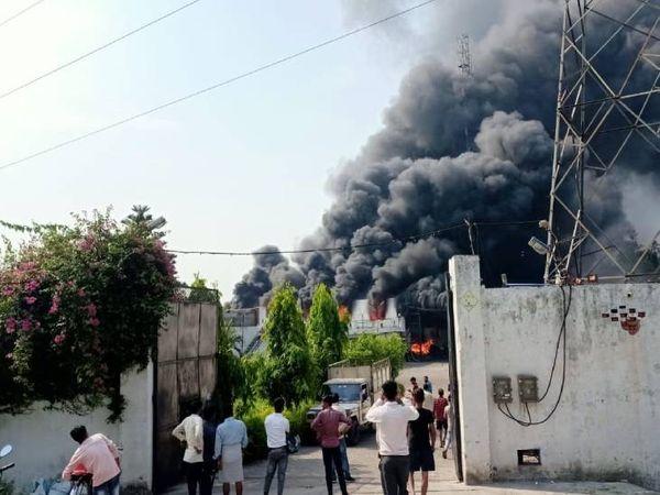 मोमबत्ती फैक्ट्री में लगी आग। - Dainik Bhaskar
